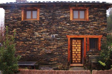 Casa rural en arquitectura negra de Guadalajara - Robleluengo