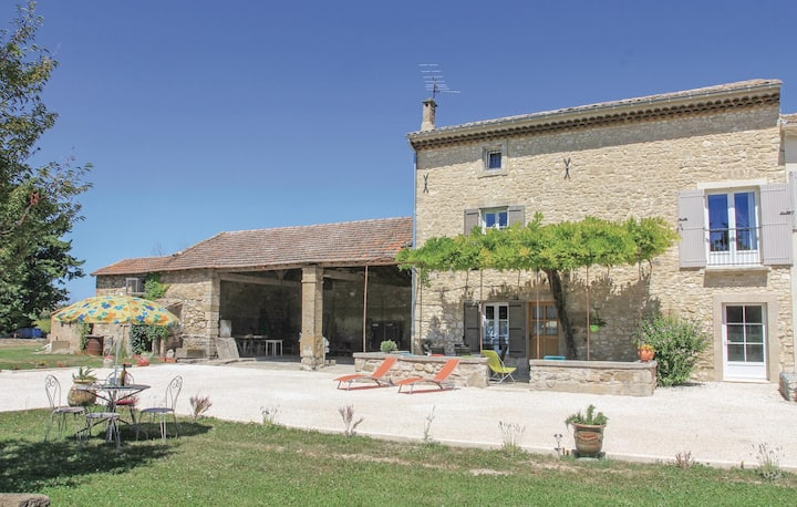 Beautiful home in Pernes les Fontaines with WiFi and 3 Bedrooms