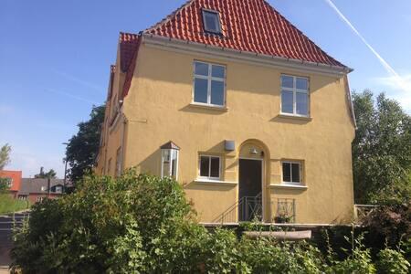 Hyggelige værelser i attraktivt beliggende villa