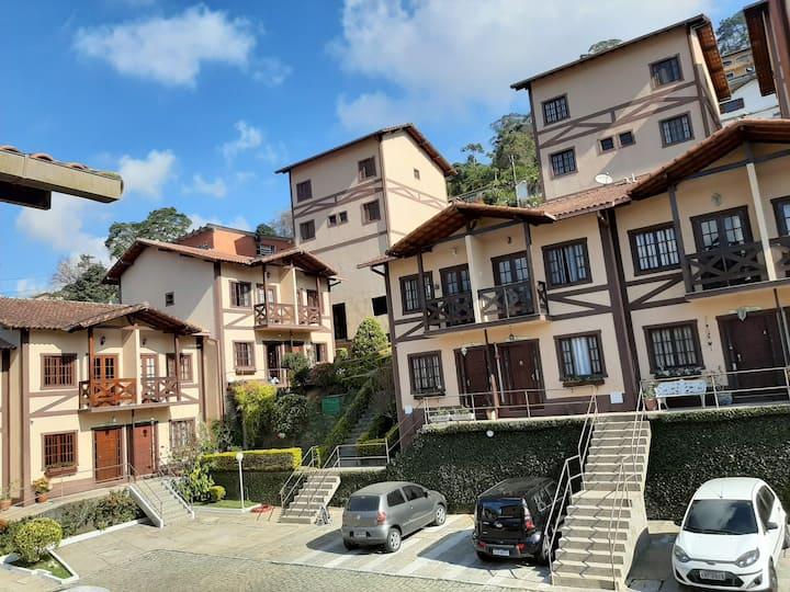 Casa em condomínio aconchegante próximo ao Centro.