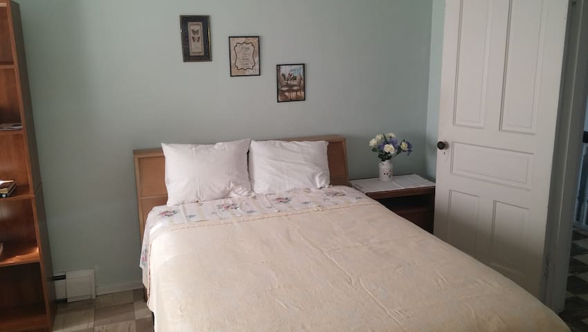 Bright Cheerful Room. - East Pittsburgh - Casa