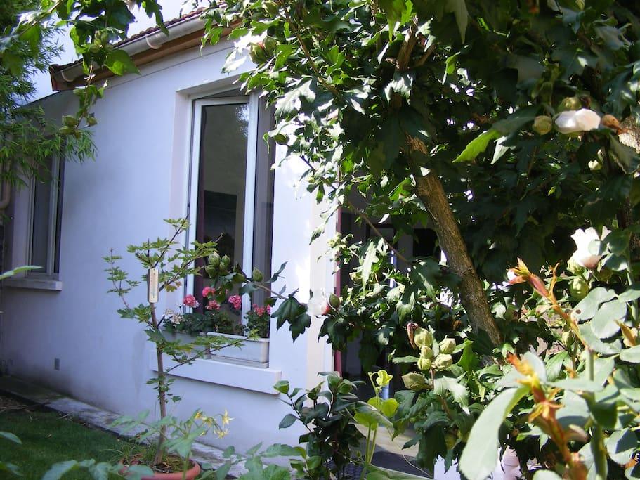 Maisonnette au fond d 39 un jardin maisons louer - Location maison jardin ile de france colombes ...