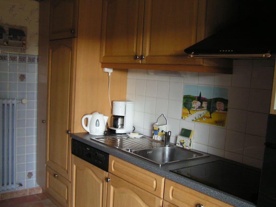La cuisine équipée avec réfrigérateur (compartiment congélation), lave-vaisselle, four, plaque électrique et micro-ondes