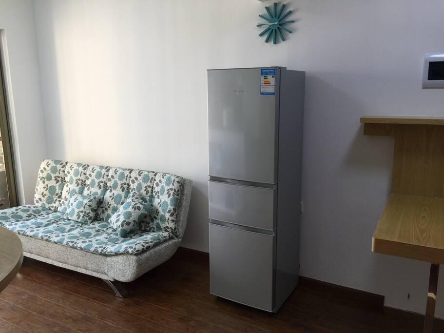 三门冰箱,沙发床,折叠餐桌.refrigerator ,sofa bed,folding table