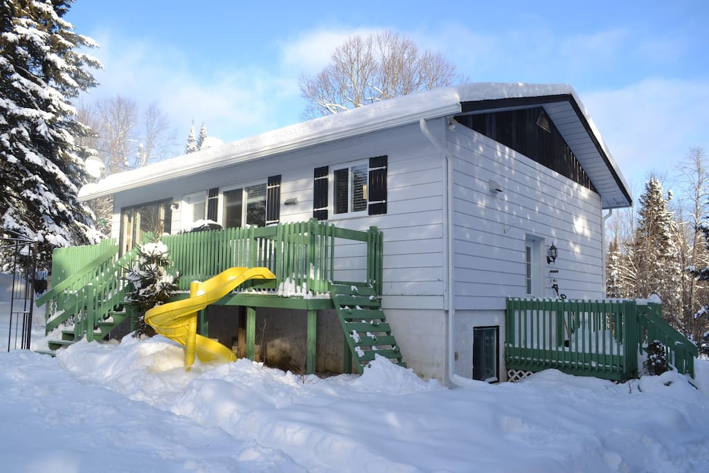 Maison de campagne entourée d'arbres avec glissade et très grand terrain, pour le plaisir des familles. 4 chambre doubles fermées, peut recevoir 8 personnes.