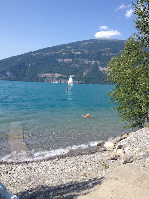 Der See lädt zum Baden ein.