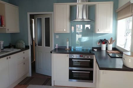 Light and Airy King Size Bedroom - Newcastle upon Tyne - Hus