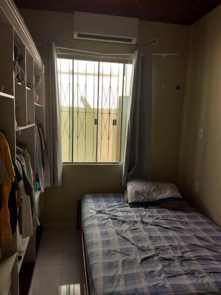 Pequeno, confortável e muito bem localizado.