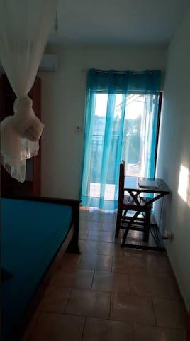 Chambre simple avec clim et balcon privé.
