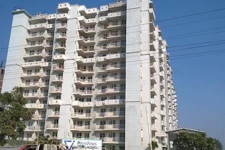 3 bedroom Apartment in Ghaziabad - Ghaziabad