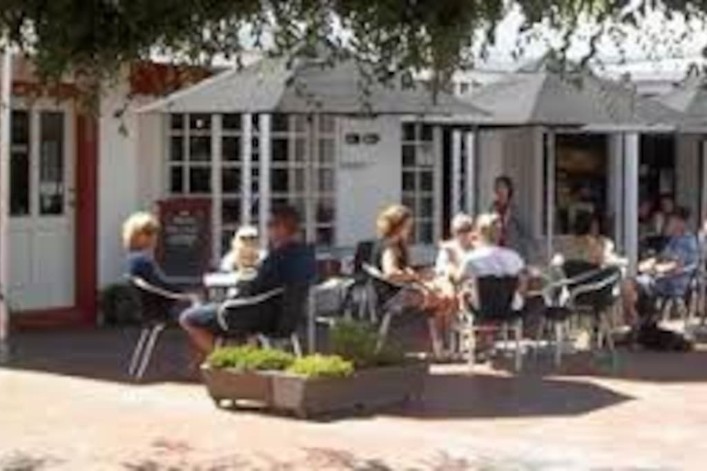 Award winning cafes & rstaurants within a short stroll