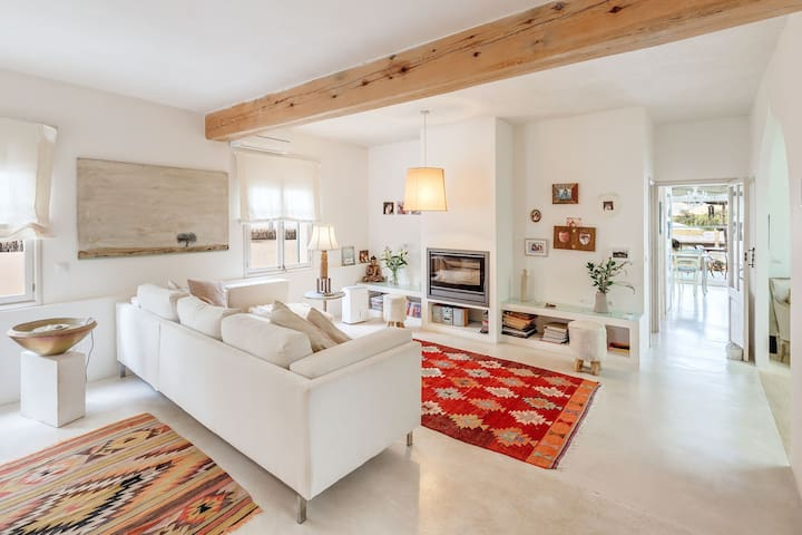 Air Conditioned House with Terrace, Garden, Fantastic View & Wi-Fi; Pets Allowed