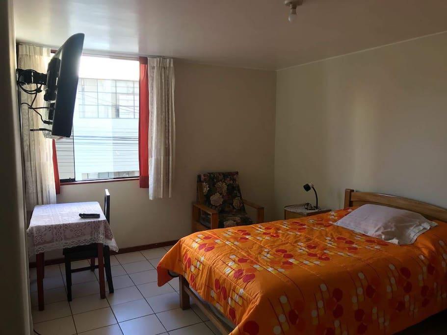 Vista del domitorio principal, cuenta con Tv, mesa de trabajo y baño privado
