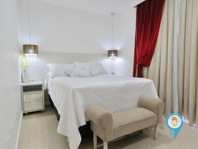 Suíte Master super confortável e bem iluminada, inclui roupas de cama, travesseiros e toalhas...