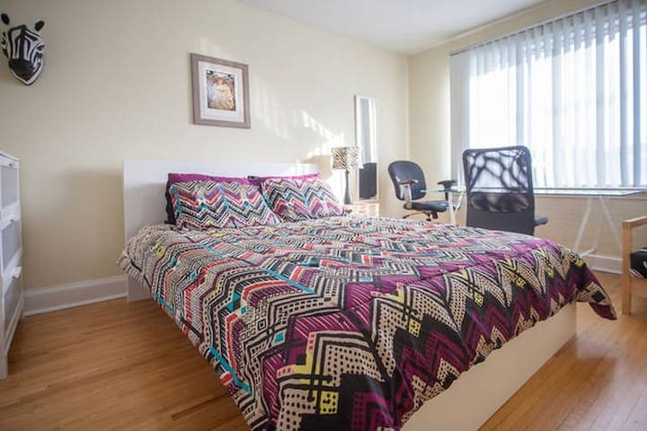 Spacious room w/parking.Safe area by subway, buses