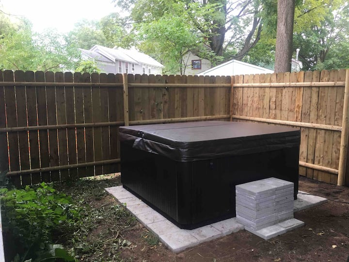 3 Bedroom 1/2mile to Track and Downtown HOT TUB!