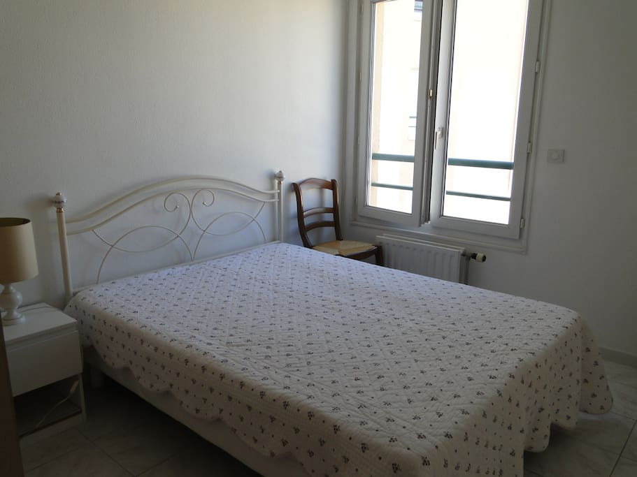 une chambre lit 140