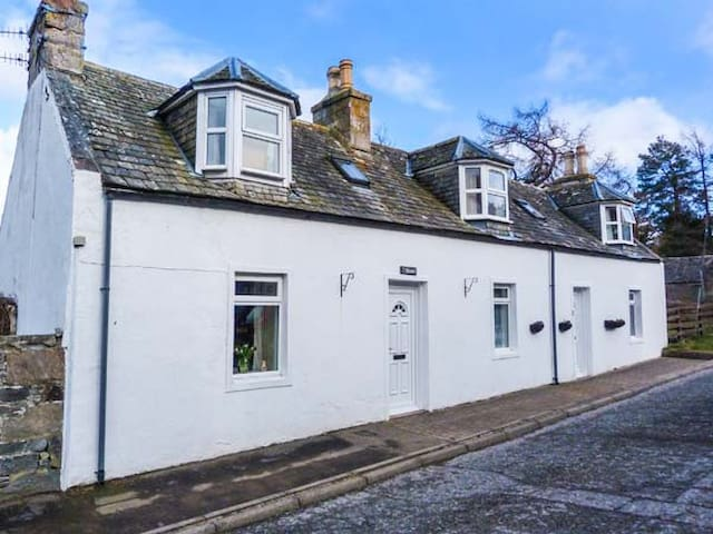 RIEMORE, pet friendly, with open fire in Tomintoul, Ref 955394