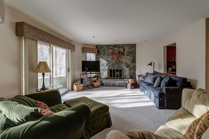Family-friendly condo with shared seasonal pool & hot tub - walk to village!