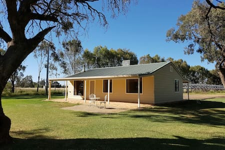 Hawkesbury Park Country Cottage - Darlington Point
