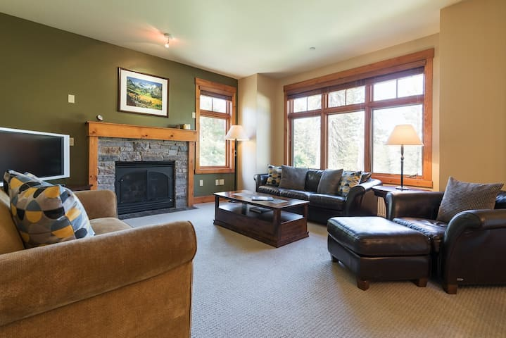 Two bedroom condo on Sierra Star Golf Course with total privacy and mountain views