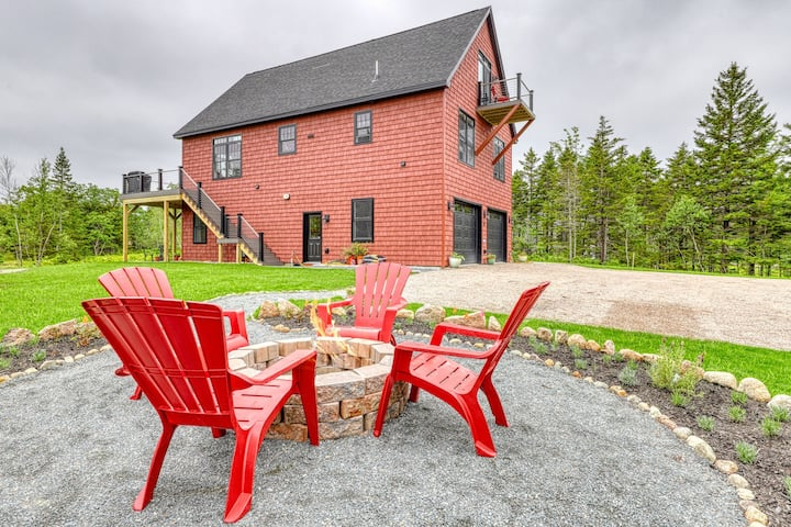 Brand new, secluded hilltop chalet w/ beautiful Cadillac view & multiple decks!