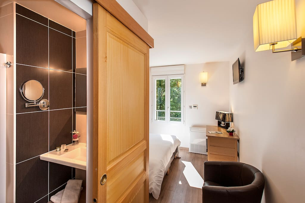 chambre grand confort avec salle d'eau et wc séparé