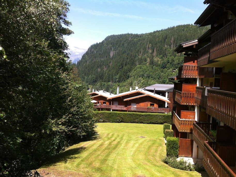 Vue de la résidence côté terrasse et espace vert