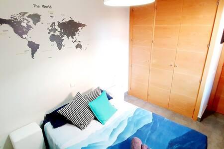 Bienvenid@ a nuestra casa. Esta es tu habitación.