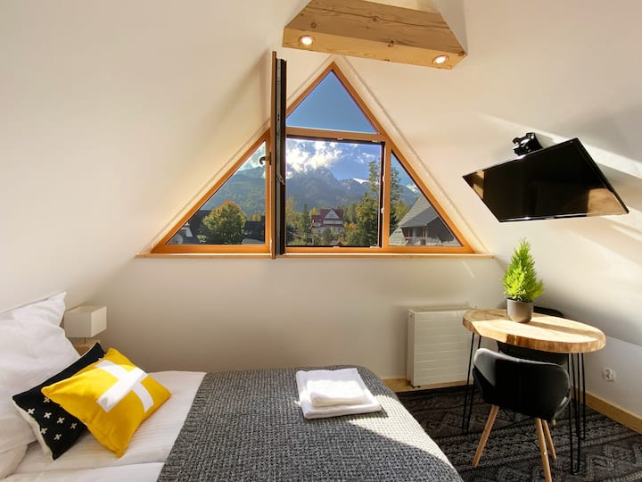 Bright & comfy with lovely mountain views