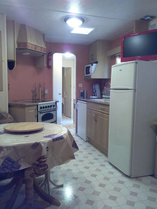 four , micro_onde, frigo , congélateur, climatisation, lit canapé