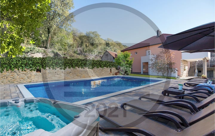 Beautiful home in Donji Prolozac with Outdoor swimming pool, Jacuzzi and 5 Bedrooms