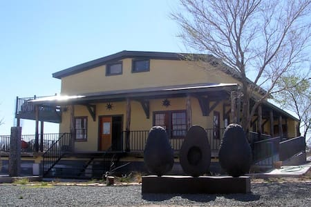 Private bedroom in ex-Train Depot - Marfa - Bed & Breakfast