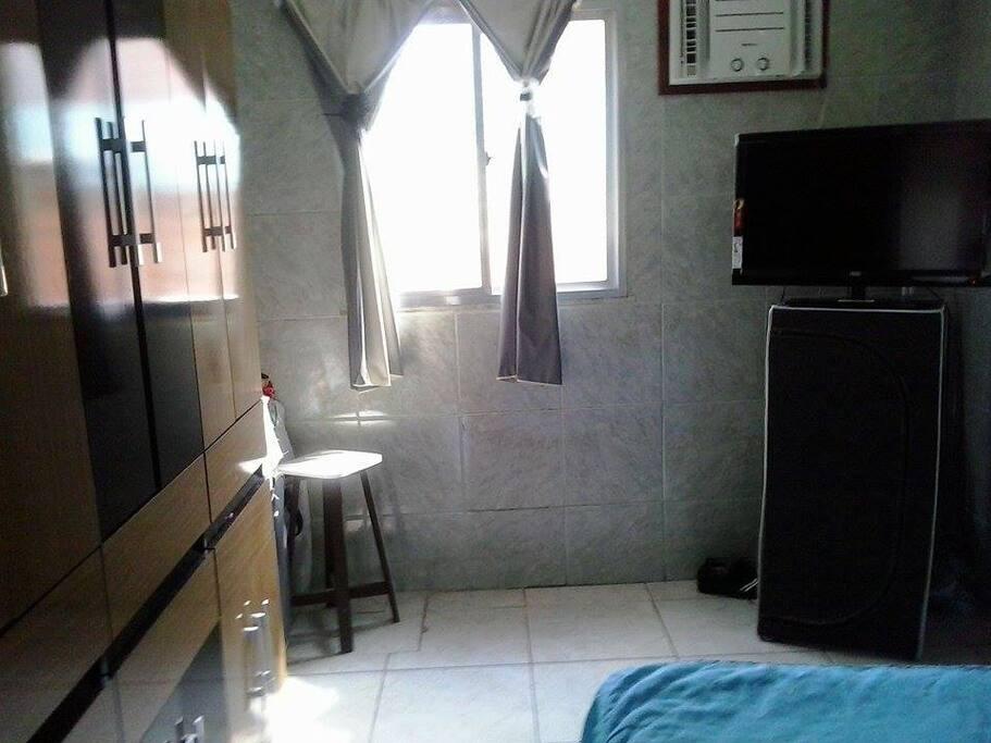 quarto completo com ar condicionado, televisão e guarda roupas