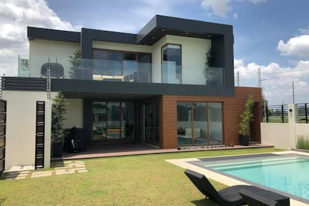 Entire Home Pampanga. 20 beds for 20pax