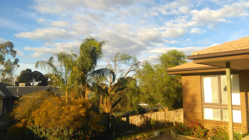 1km from town and train station - Sunbury - Casa