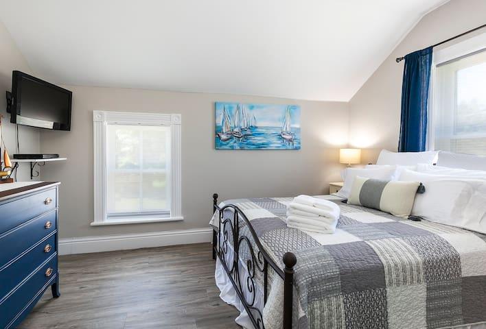 Rocklyn Inn Bed & Breakfast- Queen Nautical Room