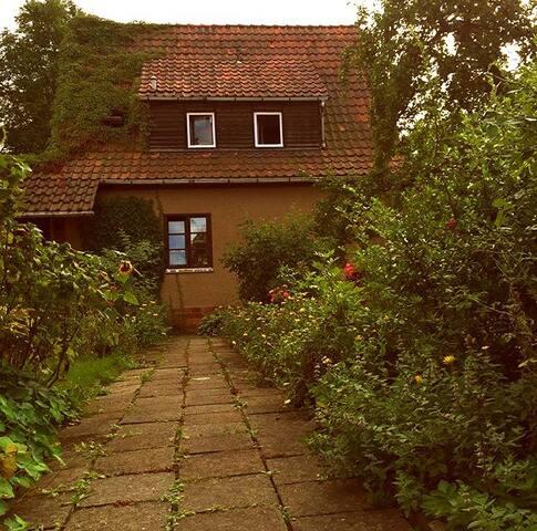 Ganzes Haus direkt am Park (ruhig und idyllisch) - ไวมาร์ - บ้าน