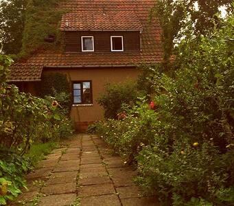 Ganzes Haus direkt am Park (ruhig und idyllisch) - Weimar - Casa