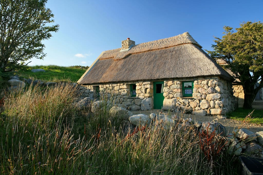 c17th thatched cottage at cnoc suain conamara houses for. Black Bedroom Furniture Sets. Home Design Ideas