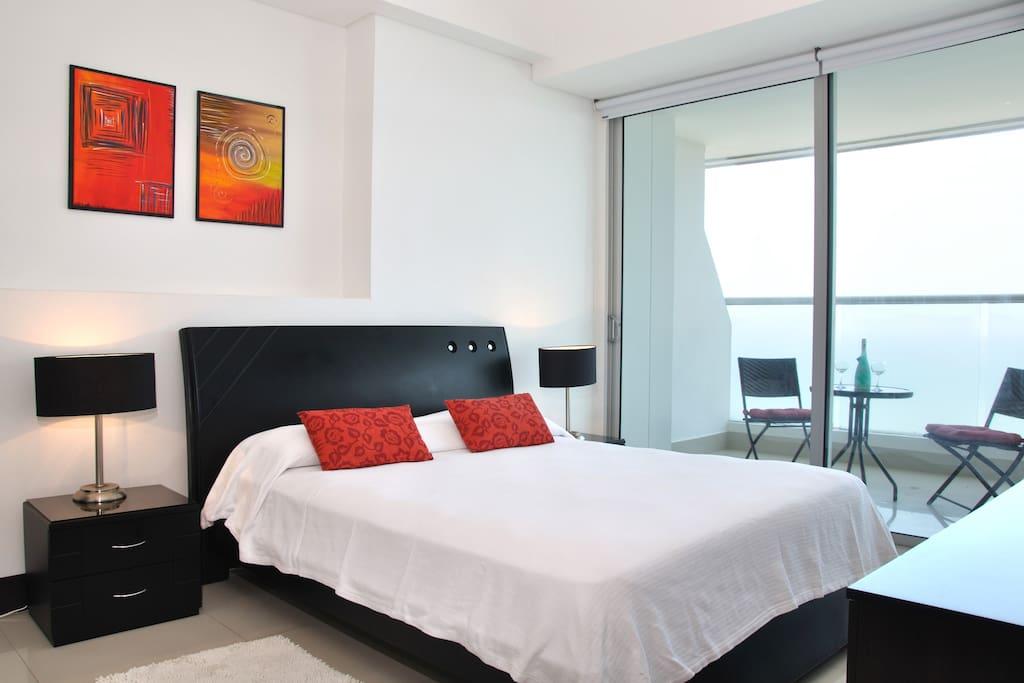 Bedroom with access to the balcony and ocean view - Cuarto con acceso al balcon y vista al mar