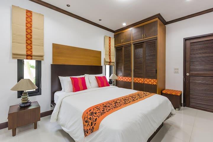ห้องนอนชั้นล่าง ขนาดเตียง 5 ฟุต