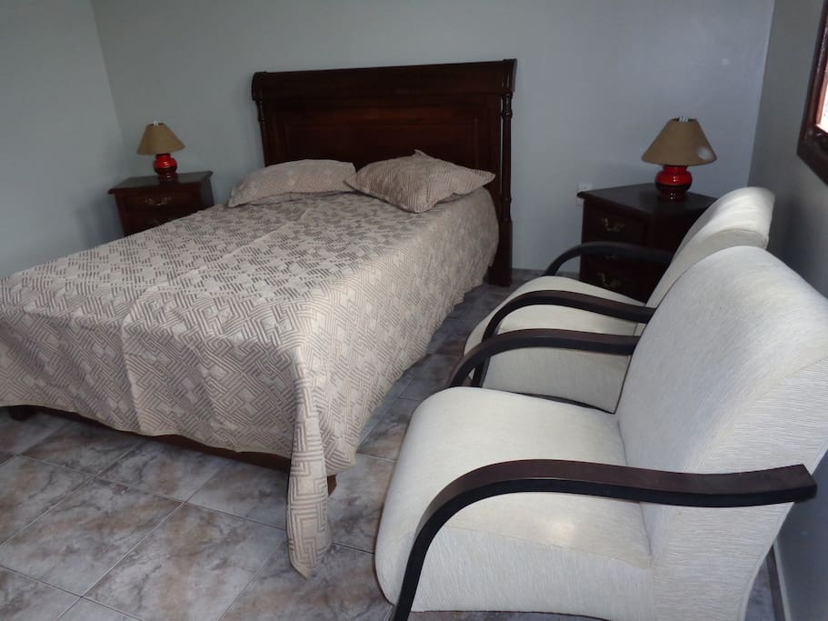 Suite com Closet, 2 Poltronas e TV.