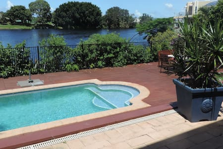 2 bedrooms Gold Coast on canals - Benowa