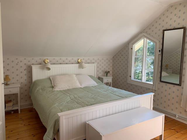 Master bedroom, dubbelsäng med garderober och direkt anslutning till eget badrum
