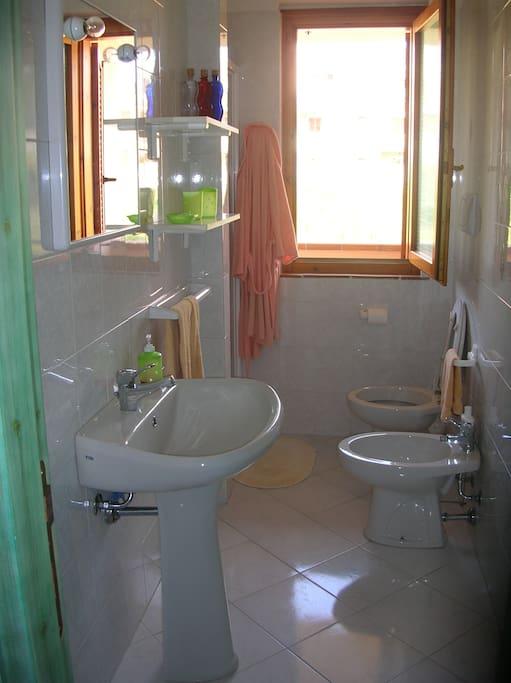 bagno con box doccia in fondo a sinistra.