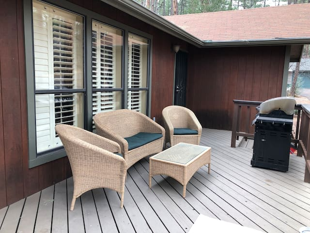 Pet friendly, 2br, 2 bath cabin in the tall Pines