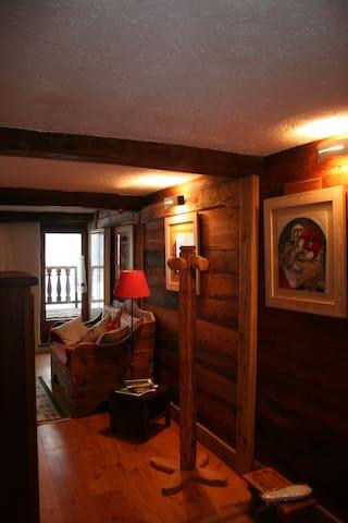 il soggiorno, con accesso all'ampio balcone