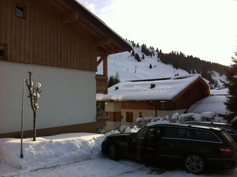 Blick vom Haus auf den Hochmais-Lift, nur 300 m entfernt. Weiterer Lift und Skischule ebenfalls fußläufig.