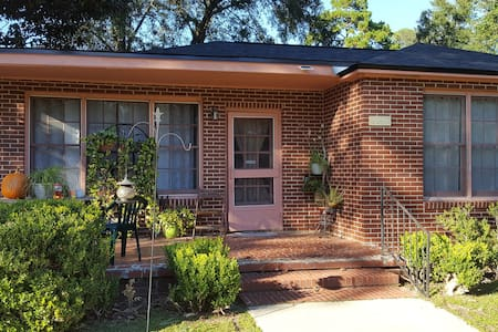 Centrally located vintage home! - Tallahassee - Haus